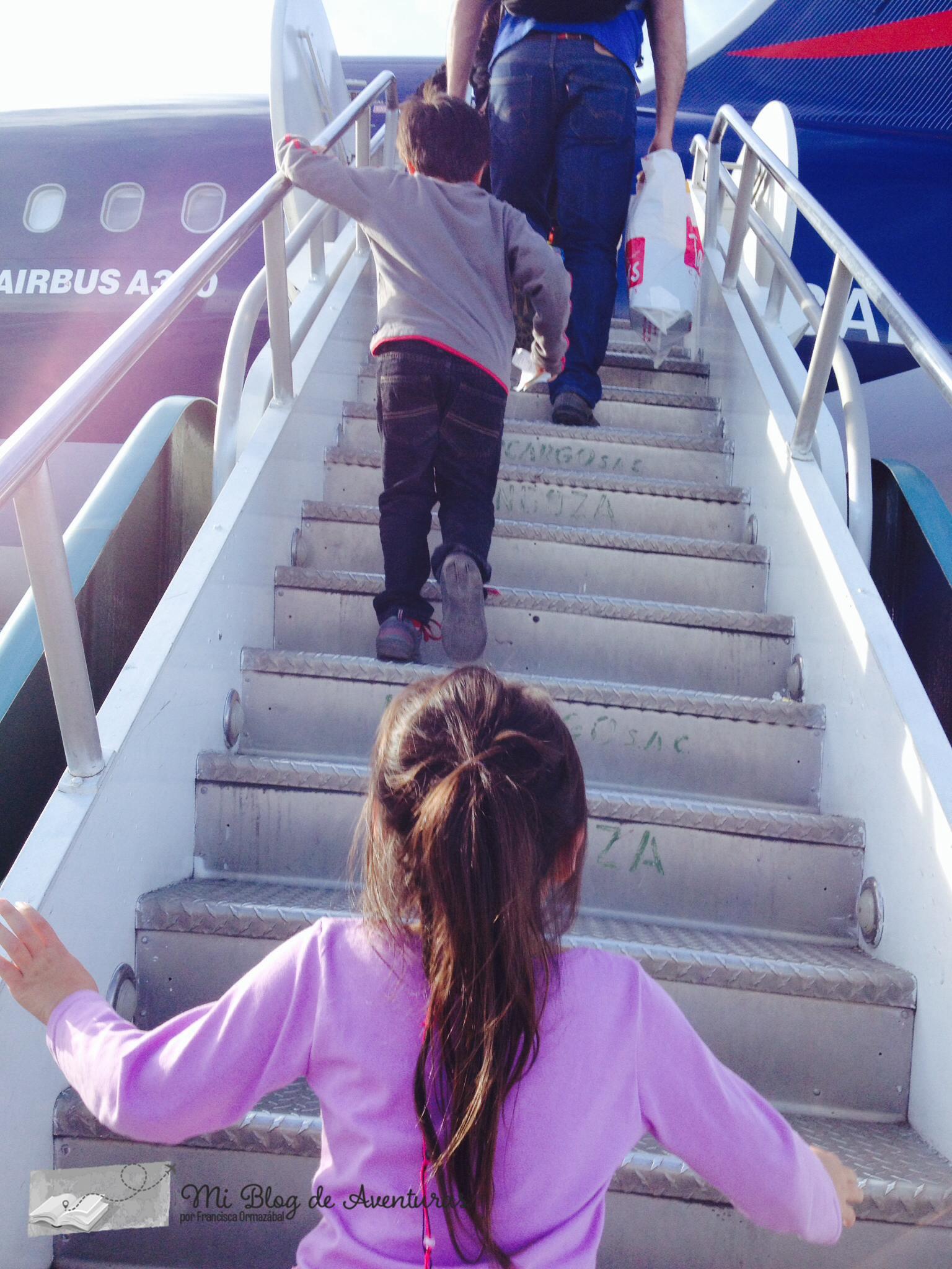 niños subiendo a avión de latam